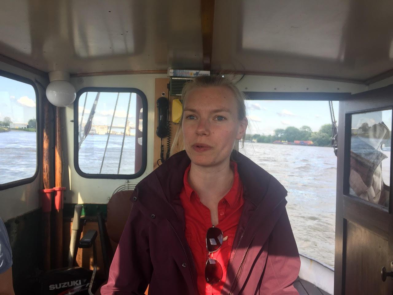 Fien Duijnmayer op de boot van basist Harke Wiersma